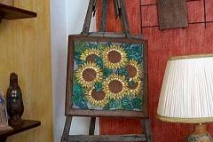 Quadro con girasoli, vaso e lampada decorati